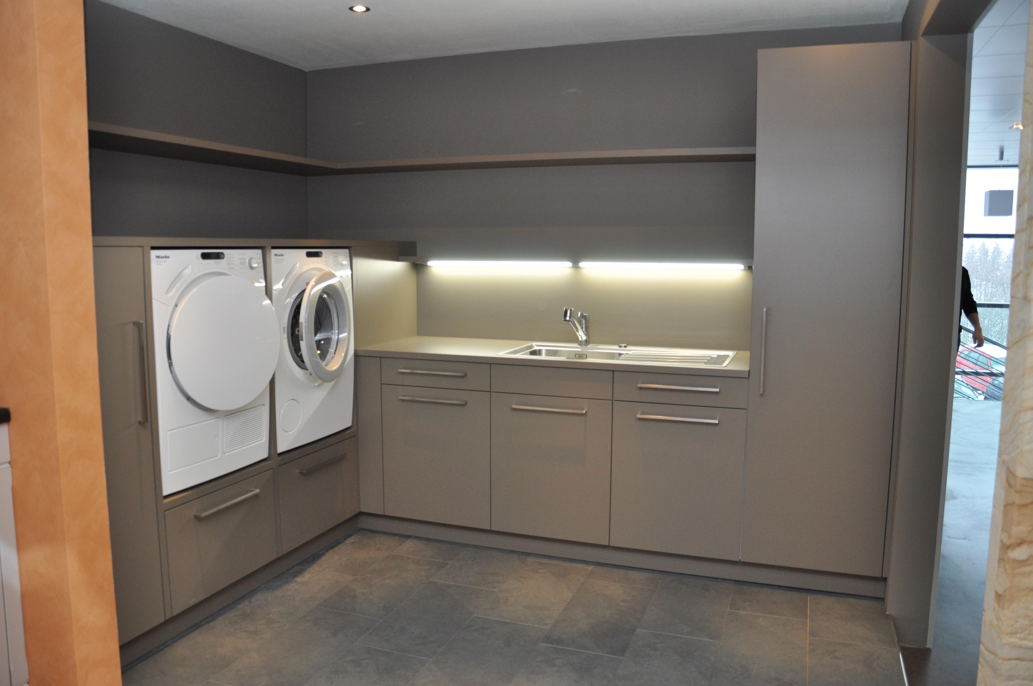 Super Waschküche mit Waschmaschine und Tumbler auf idealer Höhe KW42
