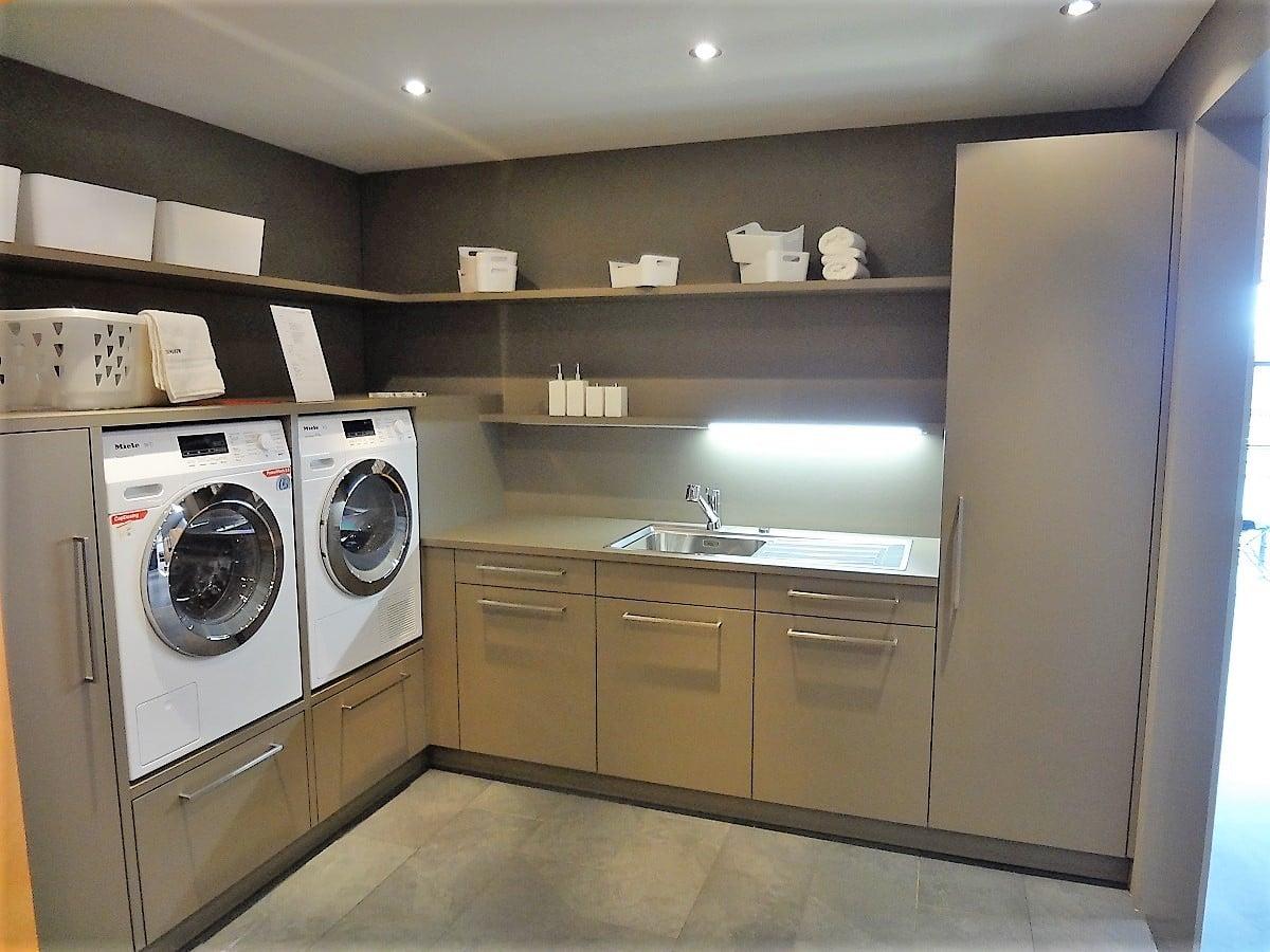 Extrem Waschküche mit Waschmaschine und Tumbler auf idealer Höhe NC07