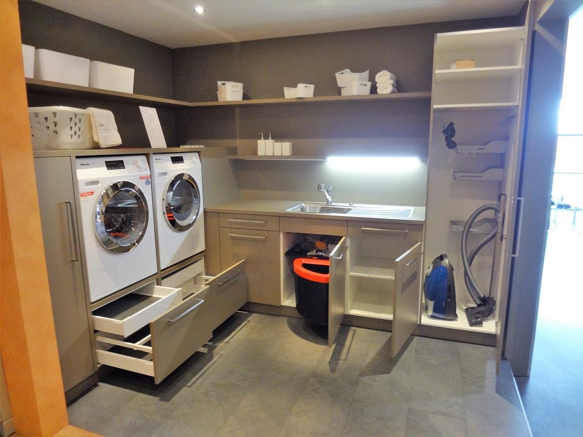 Super Waschküche mit Waschmaschine und Tumbler auf idealer Höhe GS02