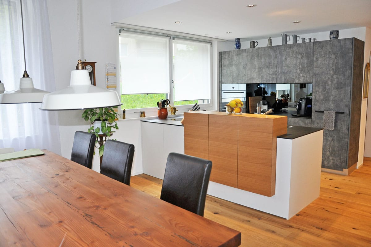 küche mit barmöbel in echtholz eiche schlicht auf gehrung - danuser