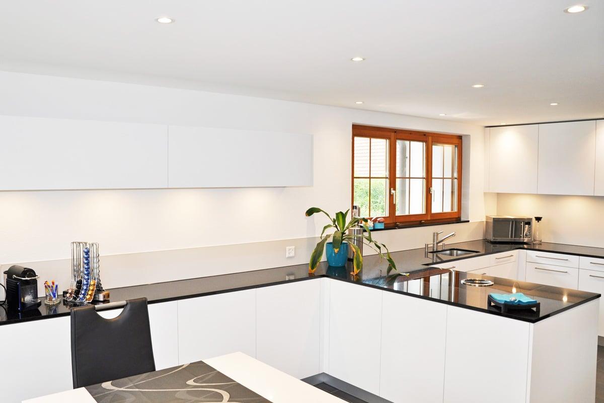 k che mit viel stauraum und neuer decke mit integrierter beleuchtung danuser herisau. Black Bedroom Furniture Sets. Home Design Ideas